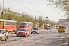 电车在路轨与在的一次交通事故相关 免版税库存照片