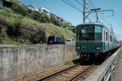 电车在镰仓 免版税库存图片