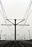 电车天空缆绳和路轨道 库存图片