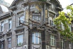 电车电线横穿在老镇 免版税库存照片