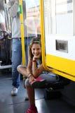 电车的微笑的小女孩,当参观城市时 免版税库存图片