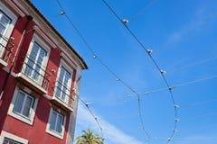 电车轨道反对清楚的蓝天的输电线 库存图片