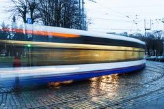 电车轨道在里加,拉脱维亚在晚上 免版税库存图片