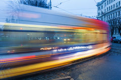 电车轨道在里加,拉脱维亚在晚上 库存图片