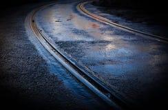 电车轨道湿曲线的轨道 免版税库存照片