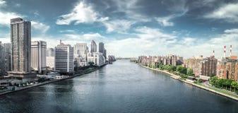 从电车轨道的美丽的景色在曼哈顿和罗斯福海岛,纽约之间 免版税库存照片