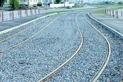 电车轨道,反对背景的路轨 免版税库存图片