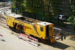 电车轨道更新在华沙,波兰运作 库存图片