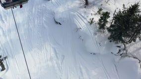 电车顶视图有客舱的在冬天 ???? 在滑雪场的冬天活动 有滑雪足迹的电车在 股票视频