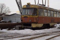 电车 一辆老生锈的电车 库存图片