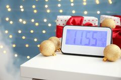 电钟、礼物和装饰在桌上 christmas countdown 库存照片