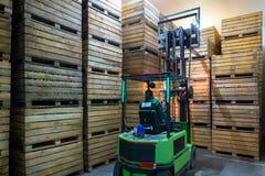 电铲车的雇员运载有r的容器 库存照片