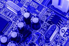 电阻器、电容器和微芯片其他电子元件在计算机关闭里面的 免版税库存照片