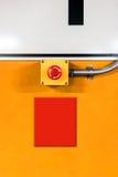 电紧急按钮,对重新设置的转弯,对黄色墙壁我 免版税库存照片