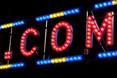 电 COM在一个脚手架签字夜 免版税库存图片
