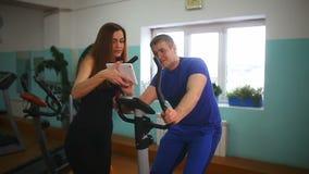 男人和一名妇女健身房的 股票录像