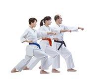 男人和两名妇女karategi的打拳打胳膊 免版税库存图片