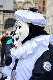 男人和女服皮埃罗华丽服装一对未认出的夫妇与黑白贝雷帽的在威尼斯狂欢节期间 库存图片