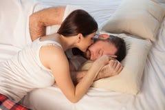 男人和妇女、丈夫和妻子在睡眠以后的早晨醒了 免版税库存图片