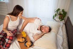 男人和妇女、丈夫和妻子在睡眠以后的早晨醒了 免版税库存照片