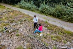 男人和妇女一块沼地的在森林里 免版税库存照片