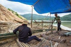 男人和妇女与竹子一起使用 免版税图库摄影