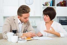 男人和妇女与纸一起使用 免版税图库摄影