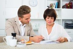 男人和妇女与纸一起使用 免版税库存图片