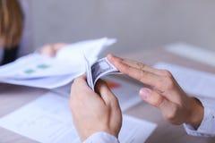 男人和妇女办公室和谈论的业务会议 女孩Si 免版税库存图片