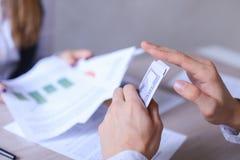 男人和妇女办公室和谈论的业务会议 女孩Si 免版税库存照片