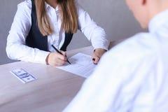 男人和妇女办公室和谈论的业务会议 女孩Si 库存照片