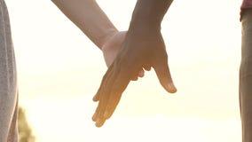 男人和妇女加入的手在第一个日期,团结标志,浪漫感觉 影视素材