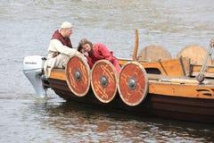男人和妇女北欧海盗的船尾的运送 库存图片
