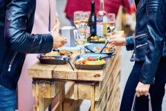 男人和妇女吃街道食物 肉饭和淡菜 免版税库存图片