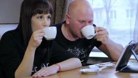男人和妇女咖啡馆的 股票视频