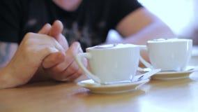 男人和妇女咖啡馆的 影视素材