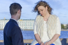 男人和妇女哀伤地谈话 免版税图库摄影