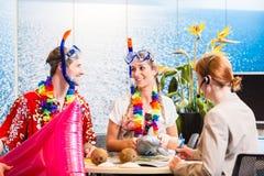 男人和妇女售票海滩假日 免版税图库摄影