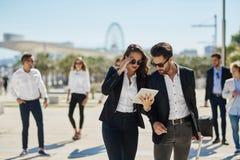 男人和妇女商务旅行的使用片剂 库存照片