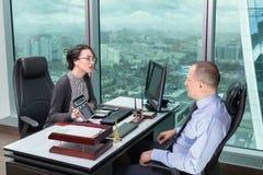 男人和妇女在办公室 免版税库存图片