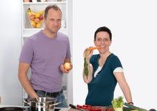 男人和妇女在厨房里 免版税库存照片