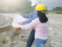 男人和妇女在地方工作 免版税库存图片