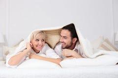 男人和妇女在床上 免版税库存图片