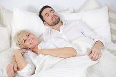 男人和妇女在床上 图库摄影