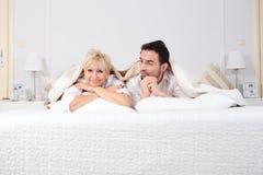 男人和妇女在床上 库存照片