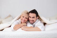 男人和妇女在床上 免版税库存照片