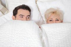 男人和妇女在床上 免版税图库摄影