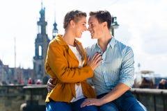 男人和妇女在易北河河岸的德累斯顿 免版税库存图片