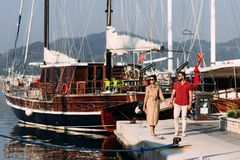 男人和妇女在游艇附近在船坞 免版税库存图片