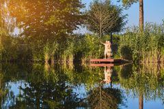 男人和妇女在湖附近 免版税库存图片